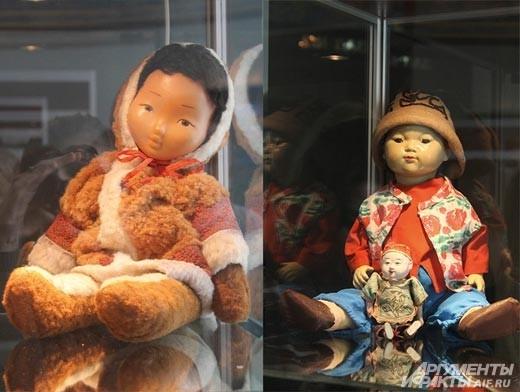 Этнические куклы сделаны европейцами. Красочные  национальные ткани, бусы, браслеты и другие традиционные украшения  как нельзя лучше передают своеобразие быта разных народов.