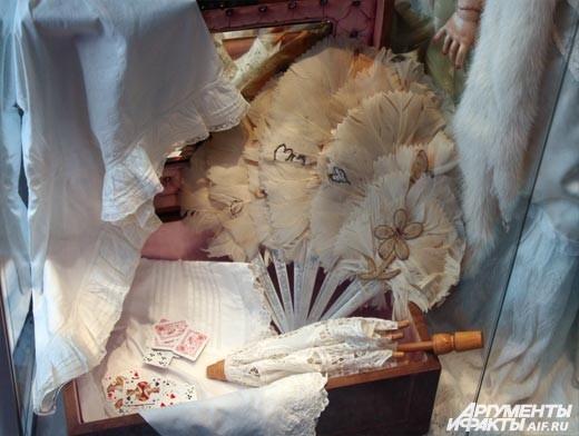 На каждом экспонате невероятной красоты кукольное нижнее белье – тонкий батист, шелк, кружево. Не случайно после октябрьской революции такие куклы были признаны буржуазными. И те 4 кукольные фабрики, что существовали в царской  России, были закрыты, а мно