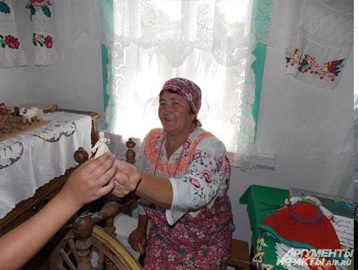 народный мастер Татьяна Данилова дарит детям обереги из соломы
