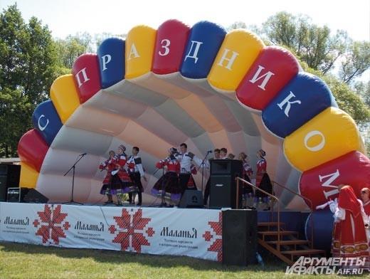 на сцене фестиваля выступали фольклорные коллективы