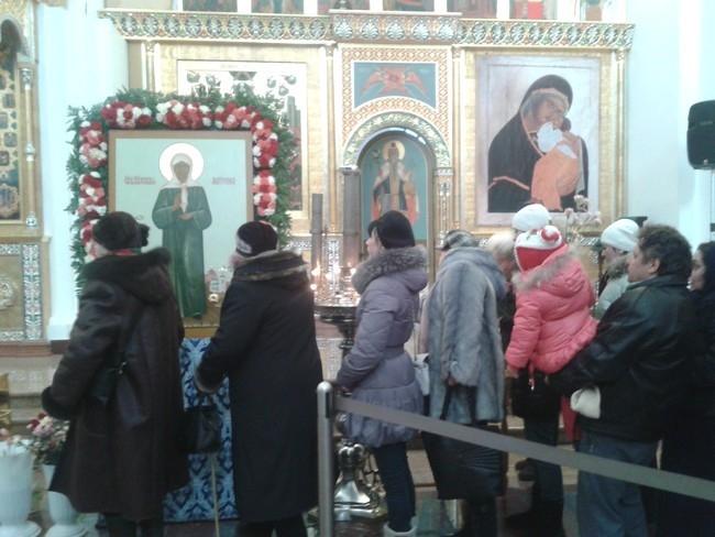 Чтобы поклониться чудотворной святыне в собор приезжают люди со всех концов области.
