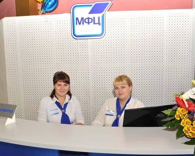 При входе посетителей встречает администратор,  даёт консультации, оказывает помощь в заполнении документов.