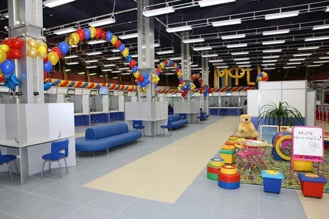Центр представляет собой единое и удобное для посетителей помещение с просторным клиентским залом, который отвечает всем необходимым требованиям комфортности. Для организации взаимодействия с заявителями помещение центра делится на функциональные зоны: се