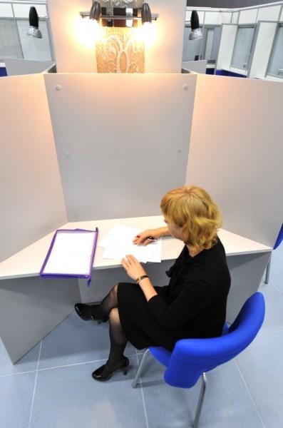 К услугам заявителей - удобные кресла и столики с образцами заполнения документов, бланки заявлений и письменные принадлежности.