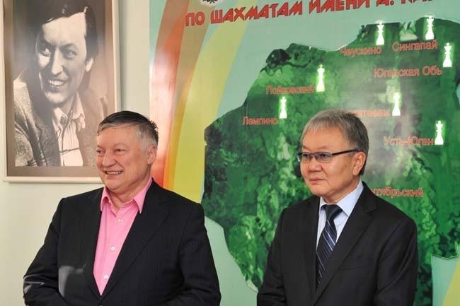 Анатолий Карпов и Александр Ким в детской шахматной школе в Пойковском