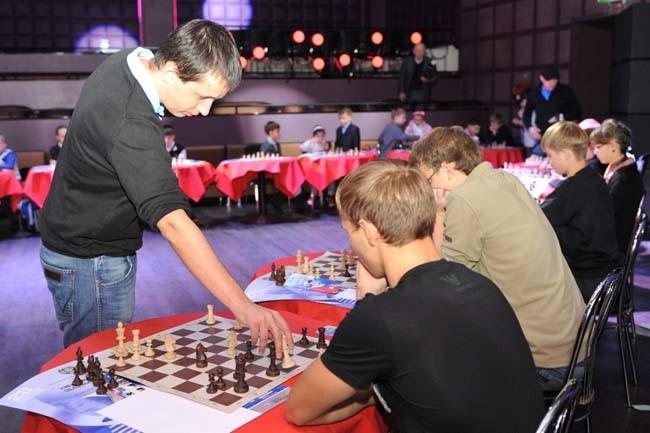 Радослав Войташек на сеансе одновременной игры