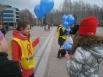 Волонтеры раздавали всем присутствующим синие шары.