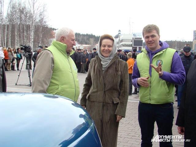 Глава региона  Наталья Комарова благословила автомобили на долгий путь