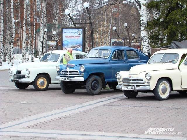 Раритетные автомобили выстроились на главной площади города возле парка Победы