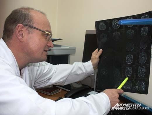 Медицинский физик изучает диагностические данные пациента