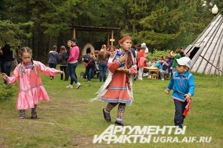 Дети коренных народов севера на фоне природы смотрелись удивительно естественно