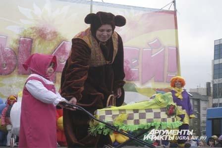 И любимые герои мультфильмов Машенька и Медведь пришли поздравить всех ребятишек с праздником.