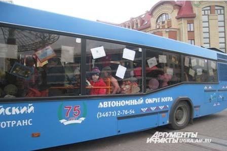 Накануне рано утром начался праздник детства. На маршрут № 5 выехал «Автобус детства», в котором клоуны провели веселые конкурсы и игры для ребят.