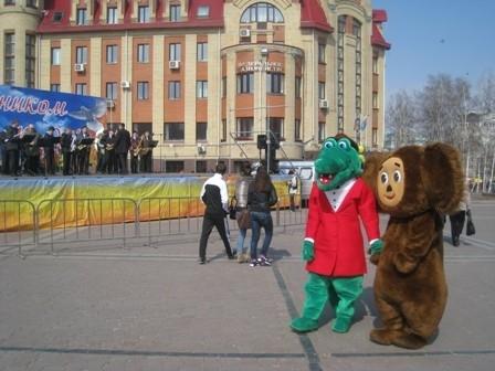 Развлекали детей всеми любимые герои советских мультфильмов Чебурашка и Крокодил Гена