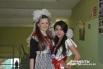 По традиции в этот день девочки одели школьную форму советских времен – белый фартук и черное платье