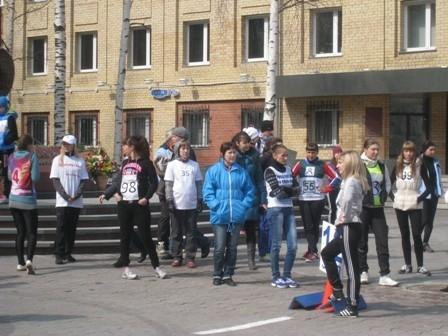 После был дан старт праздничной легкоатлетической эстафеты, маршрут которой пролегал от центральной площади по улице Мира до улицы Строителей и обратно.