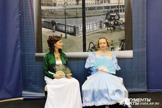 В залах музея расположились барышни в нарядах XIX века
