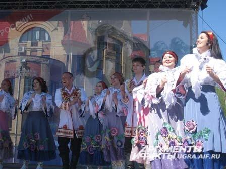 На сцене выступали творческие коллективы города и России.