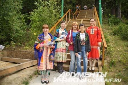 Всех собравшихся в Торум маа приветствовали девушки в национальных костюмах