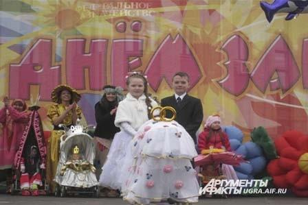 И даже маленькие жених и невеста с белоснежной коляской прошлись по сцене.