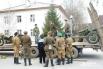Актеры, участвовавшие в массовой постановке, грузят военную технику