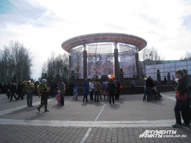 С утра на центральную площадь города стал стекаться народ.