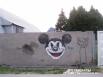 Микки Мауса можно увидеть на бетонных стенах-ограждениях вдоль улицы Мира.