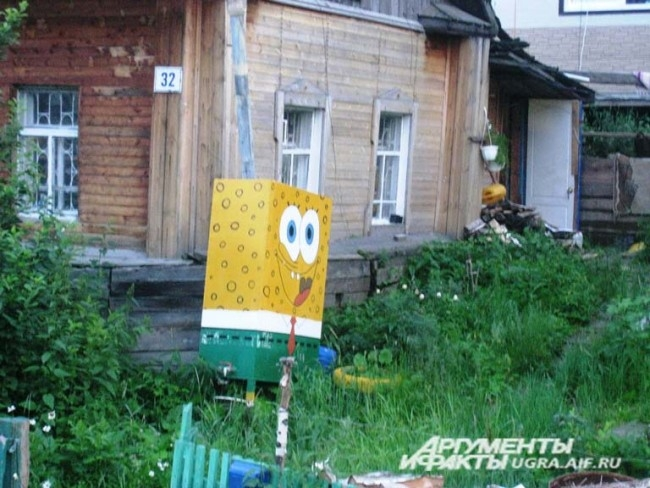 Этот стрит-арт дело рук жильцов частного дома  по улице Гагарина. Герой известного мультфильма Губка боб квадратные штаны - наверное самый яркий персонаж в городе