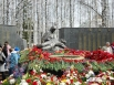 После парада жители смогли возложить цветы к мемориалу в парке Победы