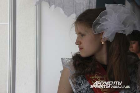 А в это время в коридоре школы старшеклассницы готовились к торжественной линейке