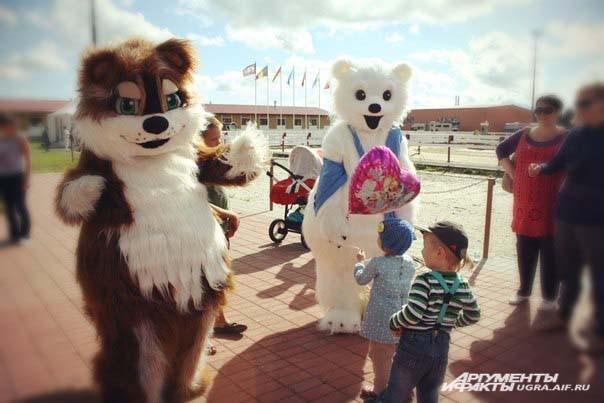 А детей в этот день развлекали клоун Карлсон, кощей Бессмертный, Индеец, веселый Бурундук и Мишка.