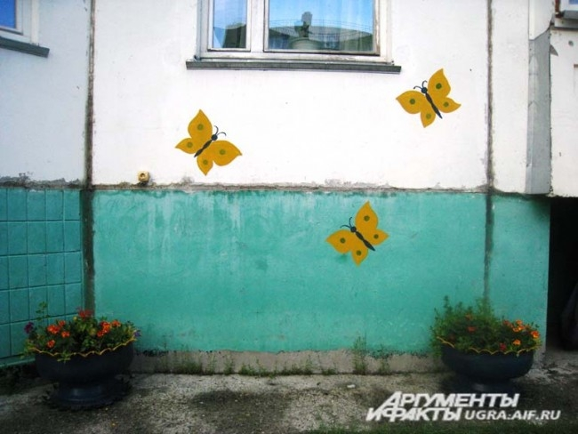 Жильцы этой многоэтажки сами не прочь сделать свой двор ярче при помощи красивого принта на стене.