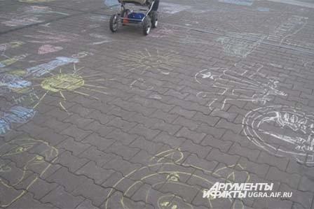 Ни дождь, ни снег, выпавший в этот день, не помешали юным художникам разукрасить асфальт в яркие цвета.
