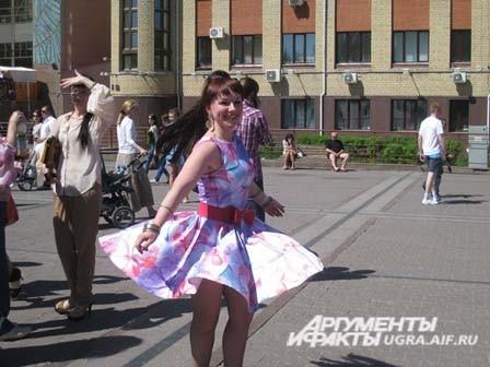 Девушки на каблуке от 8 см. в ярких костюмах и платьях должны были пробежать на шпильках 50 метров.