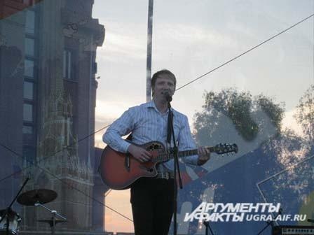 Так, в югорскую столицу в этот день приехал солист группы «Братья Гримм». Он поздравил всех жителей Ханты-Мансийска с праздником. Завершился этот день праздничным салютом.