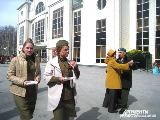 А ветераны тем временем пустились в пляс, отведав гречневой каши