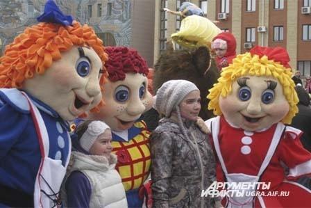 А в это время на площади зрителей развлекали  красочные ростовые куклы.