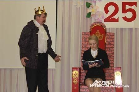 Затем старшеклассница и учитель сыграли маленькую сценку под песню «Трубадурочка»