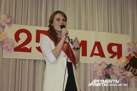 Другая выпускница исполнила песню «Школьная пора»