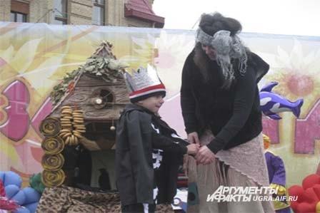 И баба Яга с Кощеем не пропустили праздник. Они даже на избушке на курьих ножках прилетели.