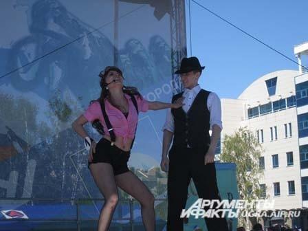 После чего все конкурсантки пели, танцевали и просто делились своим хорошим настроение с гостями праздника.