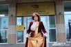 Директор музея в шикарном бархатном платье встречала гостей