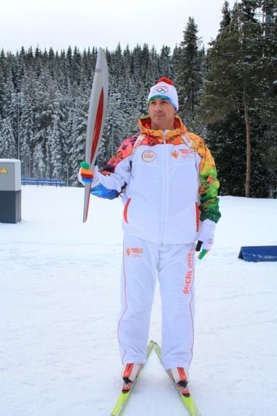 Здесь мастер спорта по биатлону, исполнительный директор Союза биатлонистов Югры Эдуард Рябов прокатил огонь на лыжах.