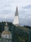 Памятный знак, посвященный Первооткрывателям земли Югорской, более известный как стела, расположился на четвертом месте. Стела расположена на горе в Самарово. Пирамида высотой 62 метра имеет открытую смотровую площадку и крытую на уровне 40 м. Построена о