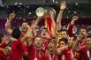 Игроки сборной Испании по футболу держат Кубок Евро-2012 во время церемонии награждения