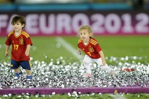 Дети испанских  футболистов выбежали на поле,  после победоносного матча