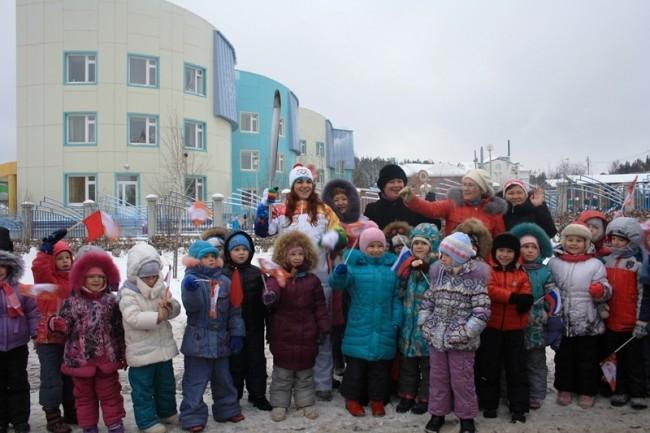 А уже на улице Чехова возле детского сада «Солнышко» факелоносцев ожидали дети, радостно размахивая флажками. Они еще не совсем понимают всю значимость события, но с радостью подхватывают общее настроение.