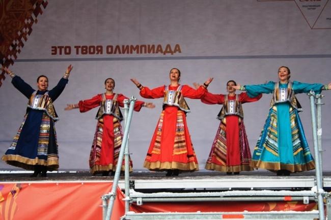 На сцене выступили местные творческие коллективы.
