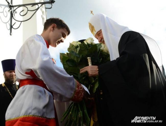 Розы Патриарху преподнес воспитанник воскресной школы.