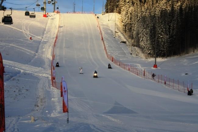 А оттуда спустился в руках сноубордистки Екатерины Илюхиной.